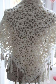 Graag laat ik jullie mee kijken naar mijn aller-aller-aller eerste gehaakte omslagdoek.. Deze kreeg ik enkele jaren geleden op mijn verja...