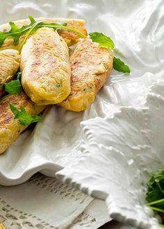 Pastéis de bacalhau e camarão com coentros Custo, Calzone, Fresh Rolls, Pizza, Ethnic Recipes, Food, Savory Snacks, Snacks, Cook