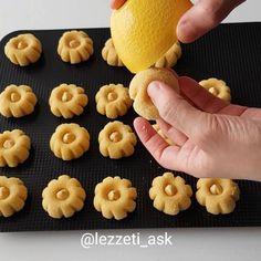 Ramazanda en cok serbetli tatlilar tercih ediliyorsa buyurun son yaptigim çicek tatlilarim  Pistikten sonrada sekilleri bozulmuyor..Sekil verdikten sonra irmige bulayip findikla susluyoruz..Cok basit ve cok guzel bir tarif  Tarifi birazdan ekliyorum Cicek tatlisi 200 gr tereyag Yarim cay bardagi... Galletas Cookies, Cake Cookies, Baking Recipes, Cookie Recipes, Eid Sweets, Sweet Pastries, Food Decoration, Arabic Food, Mini Cupcakes