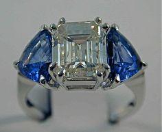 Anello con Diamante centrale taglio smeraldo e con due zaffiri taglio scudo ai lati.  #anello #diamante