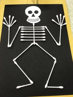37 Unique And Cute DIY Halloween Crafts For Kids To Steal The Show - - Let the spookiness and eerie feel prevail with these DIY Handmade Craft For Kids. DIY Halloween Crafts For Kids and halloween craft ideas for adults. Halloween Crafts For Kids, Christmas Crafts For Kids, Halloween Diy, Diy Crafts For Kids, Fun Crafts, Kids Diy, Craft Ideas, Halloween Juegos, Preschool Halloween