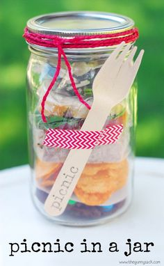 Such a cute idea if you have a mason jar or two lying around! A Picnic In A Jar is one of the mason jar crafts that's perfect for parties. Customize the food and colors for the party or shower! Mason Jar Meals, Mason Jar Gifts, Meals In A Jar, Canning Jars, Mason Jar Diy, Diy Cadeau, Picnic Time, Jar Crafts, Food And Drink