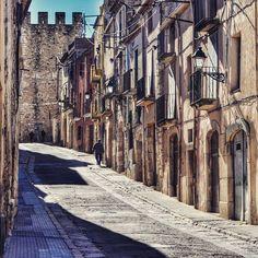 by @josemaur #montblancmedieval #Tarragona #Montblanc #Catalunya #Cataluña #Catalonia #Catalogne #turisme #tourisme #turismo #tourism #trip #travel #viatjar #viatge #viajar #viaje #urban #urbano #urbà #arquitectura #architecture #street_photography #citycenter #RTW #TravelAddict #vacances #vacaciones #holidays #slowlife