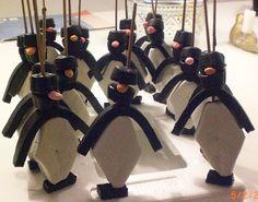 Pinguintraktatie Je hebt nodig: satéprikker manna kabeldrop ronde dropjes ruitspek Kijk goed naar de foto en prik het in dezelfde volgorde aan de prikker. Prik vervolgens vast op stuk piepschuim (= ijsschots).