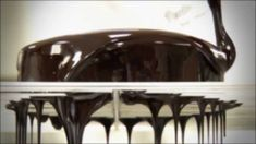 Como conseguir un glaseado brillante de chocolate / How to get a shiny c... Cupcakes, Cupcake Cookies, Chocolates, I Love Chocolate, Dog Bowls, Favorite Recipes, Rica Rica, Sweet, Desserts