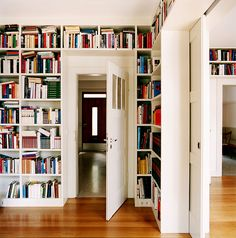 Bücherwand im Altbau