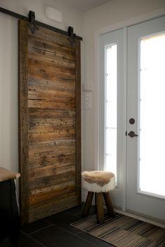 Porte coulissante sur rail en bois de grange.