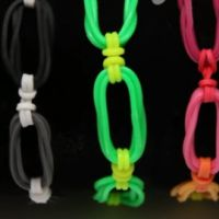 Links and Knots Rainbow Loom Video (Tons of instructional videos on this page) Rainbow Loom Easy, Rainbow Loom Bracelets Easy, Rainbow Loom Charms, Bracelets Élastiques, Loom Band Patterns, Loom Bands Designs, Rainbow Loom Patterns, Rainbow Loom Creations, Fun Loom