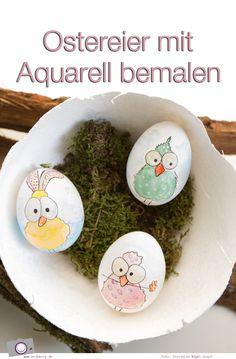 Eine Rucki-Zucki-Osterdekoration mit ausgeblasenen Eier. Selbstbemalte Ostereier mit Aquarellfarbe - Blümchen, Vögel & Federn verwandeln Eier in Unikate. So einfach lassen sich auch Ostereier mit Kinder bemalen. | MrsBerry DIY zu Ostern: http://mrsberry.de/ostereier-mit-aquarell-bemalen/