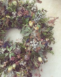 Beautiful Christmas Wreath Ideas · Brighter Craft Wreaths are a classic Christmas tradition and they're great fun to make! Here's a list of over 80 beautiful Christmas ideas. Christmas Door Wreaths, Christmas Flowers, Holiday Wreaths, Christmas Ideas, Christmas Trends 2018, Christmas Wresths, Christmas Flower Arrangements, Christmas Garden, Christmas Quotes