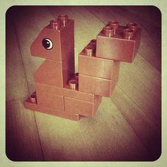 Hier siehst du ein kleines Eichhörnchen aus aus LEGO® Duplo, das uns von BRICKaddict.de gefällt!