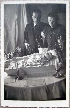 POST MORTEM Baby JANIS 13 DAYS OLD in COFFIN, Mother & Father near, Latvia 1944 Victorian Photos, Victorian Era, Memento Mori Photography, Post Mortem Pictures, Post Mortem Photography, Momento Mori, 13 Days, After Life, Mother And Father