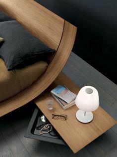 camas trineo, mesa de luz