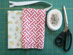 DIY Mothers Day Gift: Fabric Toiletries Bag | Momtastic -- literally the cutest toiletries bag!!