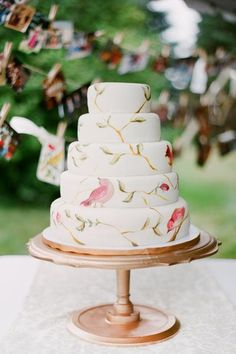 let a flock of birds cover your cake.Watercolor-style birds turn this cake into a piece of art
