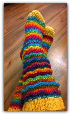 Huikean hieno malli tämä Wellenmuster! IHANA! Tämä Wellenmuster (tarkoittaa siis ilmeisesti aaltokuviota) on siis päivän polttava m... Knitted Socks Free Pattern, Crochet Gloves Pattern, Crochet Shoes, Crochet Slippers, Knit Crochet, Loom Knitting, Knitting Stitches, Knitting Socks, Hand Knitting