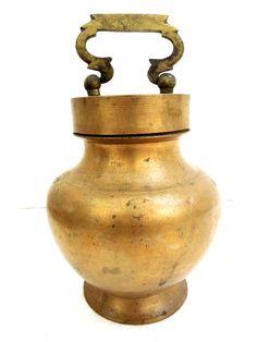Kitchen Cupboard Designs, Kitchen Cupboards, Kitchen Utilities, Primitive Kitchen, Painted Chairs, Antiquities, Ottomans, Kitchenware, Antique Brass