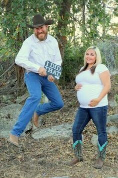55 Ideas Baby Bump Pictures Weekly Maternity Photos For 2019 Country Maternity Photography, Boy Maternity Photos, Western Maternity, Maternity Outfits, Maternity Session, Country Pregnancy Announcement, Baby Announcement Pictures, Baby Announcements, Weekly Pregnancy Photos