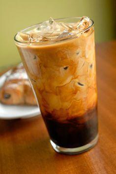 Ingredientes: Café Agua Azúcar Crema condensada o crema de sabor (vainilla francesa, irlandesa, etc.) Hielo Forma de preparar: Prepara el café en cafetera como acostumbras (mínimo para dos tazas), pero trata de hacerlo más cargado para que no se pierda el sabor del café cuando le agregues el hielo. agrega el azúcar. cuando esté a temperatura ambiente mételo al refrigerados hasta que quede helado. En un vaso agrega el café helado un poco de crema condensada , y los hielos