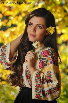 ...Вродлива  жінка,  ласкою  прогріта,   лежить  у  літа  осінь  на  плечі