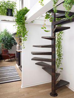 Escalier Industrielle avec une touche green ! #Inspiration #JardinIntérieur #Green #Ambiance