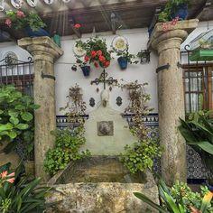 Patio de la calle Guzmanas, 2.-  Tras la entrada, se puede contemplar el patio a través de una gran cristalera. En éste aún se conserva, en un lateral, una vieja pila de lavar de piedra, transformada en fuente.
