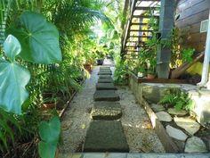 Accès au spa par le jardin tropical