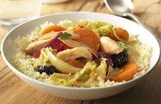 Couscous met gestoofde groenten, gedroogde vruchten en kip