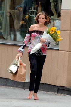 Carrie Bradshaw Sex and the City Outfits Style Carrie Bradshaw Estilo, Carrie Bradshaw Outfits, Fashion Tv, Sarah Jessica Parker Lovely, City Outfits, Newspaper Dress, Victoria Dress, Love Her Style, City Style