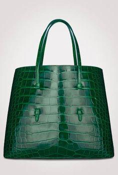 Womens Handbags & Bags : Luxury Bags Collection & More Details at Luxury & Vintage Madrid Gucci Handbags, Fashion Handbags, Purses And Handbags, Fashion Bags, Ladies Handbags, Sacs Design, Green Handbag, Green Purse, Luxury Bags