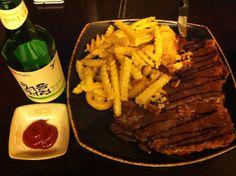 즐거운 저녁모임~~^^  장소는 일본식 선술집.  메뉴는 수제 돈까스랑 감자튀김^^  돈까스랑 감자튀김은 흔히 먹을 수 있는 음식인데 모두 맛이 다르다.   또 술에 따라 맛이 다르게 느껴진다.  이 날은 배부른 관계로 소주랑 ㅋ