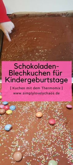 Der perfekte schnelle Schokoladen-Blechkuchen mit Schokoguss mit dem Thermomix TM5. Schmeckt der ganzen Familie und Gästen. Passt perfekt zum Kindergeburtstag, Feier, Kindergarten und Schule.