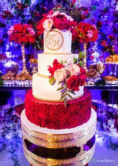 Foto linda por @ricardo_murdocco do aniversário de 15 anos da Nicole, na Mansão Rosa. Bolo de 4 andares todo trabalhado nas texturas e cores. Bastante poá, flores brancas e vermelhas e andar de base texturizada com efeito de flores.   #BolodeAniversário #Aniversário #Bolo #BolodeFesta #BirthDayCake #BolodeAniversarioRJ #BoloRJ #dicadebolo Cake, Desserts, 15th Birthday Cakes, 15 Year Anniversary, Pie Cake, Cakes, Deserts, Dessert, Postres