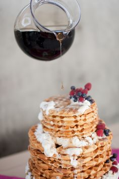 Waffle cake, stacked waffles with loads of syrup make a great wedding cake, Waffeltorte, Hochzeitstorte aus Waffeln Cake Ball, Churros, Nutella, Chocolates, Waffle Cake, Cake Waffles, Pancakes, Naked Cakes, Brunch Wedding