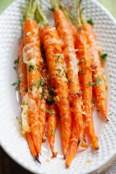 Karotten in Parmesan Butter und Knoblauch geröstet im Ofen - tolle Beilage zum Grillen ***  Garlic Parmesan Roasted Carrots - Oven roasted carrots with butter, garlic and Parmesan cheese. The easiest and most delicious side dish ever