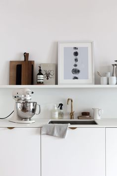 Perfect addition to my white kitchen a collaboration between KitchenAid and westwingde The two brand Minimalist Kitchen, Minimalist Decor, Kitchen Interior, Kitchen Design, Country Look, Minimal Bedroom, Inside Cabinets, Scandinavian Kitchen, Contemporary Garden