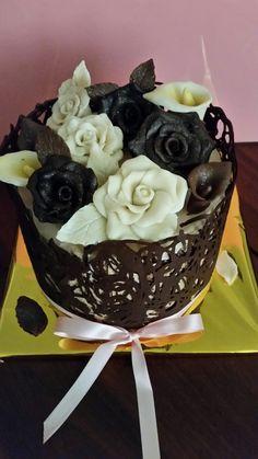 me encanta trabajar con chocolate , tarta con filigranas de chocolate y flores en chocolate moldeable