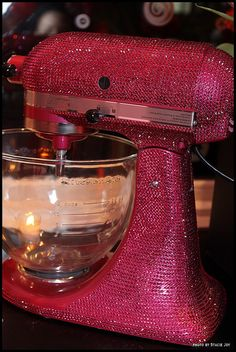 A sparkly pink KitchenAid mixer, perfect for the girly baker! Too cool 🙂 want this in purple though A sparkly pink KitchenAid mixer, perfect for the girly baker! Tout Rose, Georgetown Cupcakes, Couleur Fuchsia, Ideias Diy, Everything Pink, Kitchen Aid Mixer, Kitchen Appliances, Kitchen Ware, Red Kitchen
