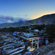 It feels like being on the roof of the world here in #Gemi #UpperMustang. The Royal Mustang hotel is our favourite place to stay during this adventure. It's also the only house in #Gemi with electricity and light when it gets dark. The rest of the village is wrapped in a silent darkness. #travel #nepal #RemotePlaces #TLpicks