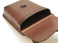 縦型一本ベルトショルダー(FB-58)は金具をなるべく使わずに作った丈夫さを意識したクラシック鞄です。「革鞄のHERZ公式通販」