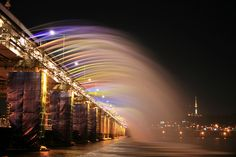On September the Banpo Bridge in Seoul (South Korea) got a major facelift : a fountain that runs all the way on both . Korea Tourist Spots, Han River, Budget Planer, Fountain Of Youth, World's Most Beautiful, Beautiful Images, Weird Pictures, World Of Color, South Korea