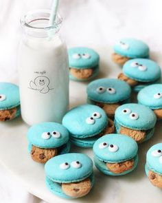 Are you a fan of these cookie monster macarons? Try making these macarons at home with cereal cookies and icing for eyes! Cookie Monster, Macaron Cookies, Fun Cookies, Cereal Cookies, Galletas Cookies, Yummy Treats, Sweet Treats, Yummy Food, Cake Recipes