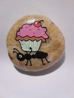 Pebble Painting, Pebble Art, Stone Painting, Painted Rocks Craft, Hand Painted Rocks, Rock Painting Designs, Painting Patterns, Happy Birthday Painting, Cupcake Painting