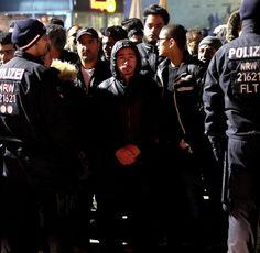 Polizisten umringen am am Hauptbahnhof in Köln in der Silvesternacht eine Gruppe südländisch aussehender Männer