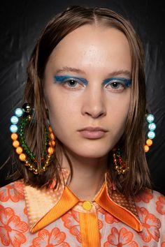 Shuting Qiu Spring 2020 Fashion Show Backstage Fashion 2020, Fashion Show, Zara Outfit, Simple Face, Tribal Fusion, Jewelry Trends, Backstage, Catwalk, Spring Fashion