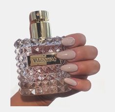 where to put perfume Rose Perfume, Chanel Perfume, Lovely Perfume, Perfume Scents, Maquillage Yeux Cut Crease, Bouncy Hair, Perfume Collection, New Skin, Diy Skin Care