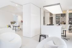 Total white is one of the most en vogue interior trends around at the moment. Interior Design Companies, Luxury Interior Design, Interior And Exterior, Guide System, Piece A Vivre, Urban Planning, Wall Tiles, Outdoor Spaces, Swimming Pools