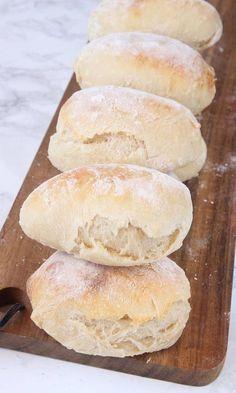 SUPERSAFTIGA, MJUKA FRUKOSTFRALLOR Ett mycket lättgjord bröd som passar både till frukost, mellis, på buffén eller som måltidsbröd till en sallad eller soppa. Jäsningstiden har jag satt till ca 1 timm