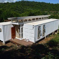 Um dos projetos mais legais que já vi. Built this in Grenada (Caribbean), inspired by the design from Benjamin Garcia Saxe (Containers of Hope). Built Nigel James