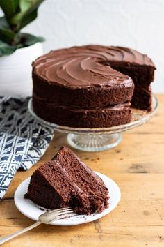 This BEST vegan chocolate cake recipe is quick and easy with no unusual ingredients. Hundreds of readers have loved this moist fluffy vegan chocolate cake. It's egg free and dairy free. So many readers love desserts no eggs The Best Vegan Chocolate Cake Best Vegan Cake Recipe, Vegan Dessert Recipes, Easy Cake Recipes, Healthy Cupcake Recipes, Egg Free Desserts, Desserts Diy, Best Vegan Desserts, Vegetarian Desserts, Sponge Cake Recipes